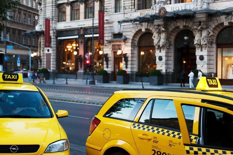 Żółte taksówki natle miasta